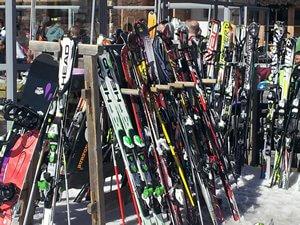 Noleggio sci e snowboard in Val di Fassa
